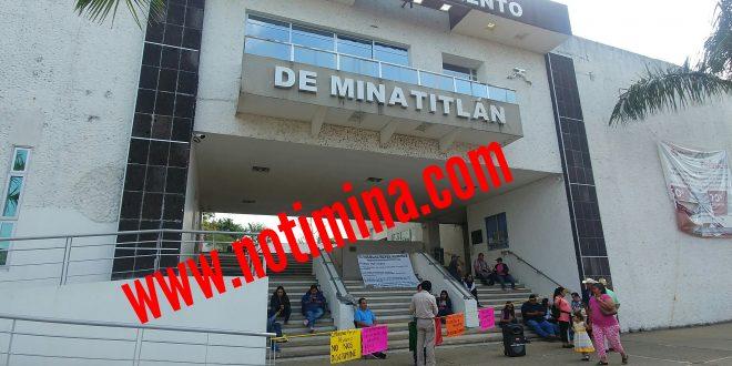 Trabajadores mantienen tomado el palacio municipal de Minatitlán