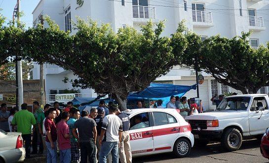 Transportistas de la Santa Clara, retienen taxis foráneos que hacen sitio en Minatitlán.